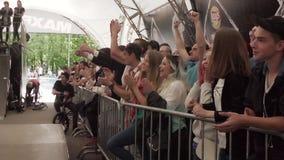 Relógio da audiência em cavaleiros do bmx no skatepark emoções Movimento lento vídeos de arquivo