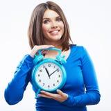Relógio da posse da mulher no fundo branco.  modelo fêmea. Imagem de Stock Royalty Free