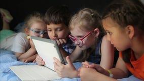 Relógio das crianças dos desenhos animados em sua tabuleta video estoque