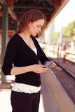 Relógio das verificações da mulher nova Foto de Stock