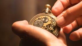 Relógio de bolso antigo - HD 1080p - vídeo conservado em estoque vídeos de arquivo
