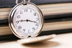 Relógio de bolso com caderno Fotos de Stock Royalty Free