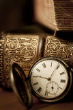 Relógio de bolso com livros velhos Imagens de Stock