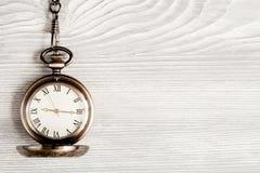 Relógio de bolso do conceito do fim do prazo na opinião superior do fundo de madeira Fotos de Stock