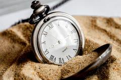 Relógio de bolso do conceito do fim do prazo no fundo da areia Fotografia de Stock Royalty Free