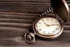 Relógio de bolso do conceito do fim do prazo no fundo de madeira Fotos de Stock Royalty Free