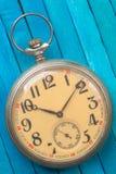 Relógio de bolso do estilo antigo no backround de madeira foto de stock royalty free
