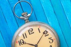 Relógio de bolso do estilo antigo no backround de madeira azul fotos de stock royalty free