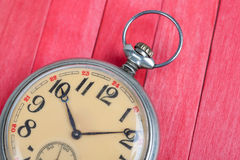 Relógio de bolso do estilo antigo no backround de madeira vermelho fotografia de stock royalty free