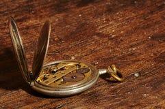 Relógio de bolso do vintage que mostra maquinismo de relojoaria Fotografia de Stock Royalty Free