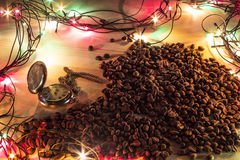 Relógio de bolso, e feijões de café derramados Imagem de Stock Royalty Free