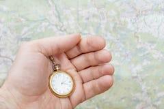 Relógio de bolso na mão masculina foto de stock