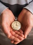 Relógio de bolso nas mãos imagens de stock