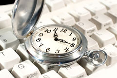 Relógio de bolso no teclado fotografia de stock