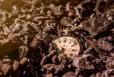 Relógio de bolso podre antigo em cinzas na floresta no por do sol Imagem de Stock