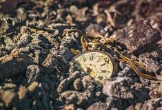 Relógio de bolso podre antigo em cinzas na floresta no por do sol Imagens de Stock