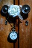 Relógio de bolso que pendura no punho do armário com a flor da rosa do branco Imagem de Stock Royalty Free