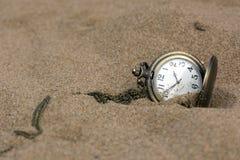 Relógio de bolso redondo em uma corrente na areia Fotos de Stock