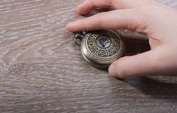 Relógio de bolso retro do estilo à disposição foto de stock