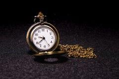 Relógio de bolso sobre a textura escura Imagem de Stock Royalty Free