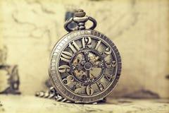 Relógio de bolso velho sobre o mapa do vintage Imagem de Stock Royalty Free