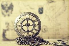 Relógio de bolso velho sobre o mapa do vintage Imagem de Stock