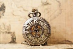 Relógio de bolso velho sobre o mapa do vintage Fotos de Stock Royalty Free