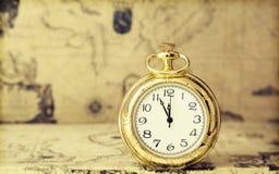 Relógio de bolso velho sobre o mapa do vintage Foto de Stock Royalty Free