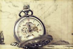 Relógio de bolso velho sobre o mapa do vintage Imagens de Stock Royalty Free