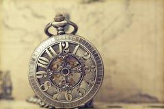 Relógio de bolso velho sobre o mapa do vintage Fotos de Stock