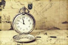 Relógio de bolso velho sobre o mapa do vintage Imagens de Stock