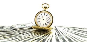 Relógio de ouro antigo em uma pilha de dólares do dinheiro isolados Imagens de Stock Royalty Free