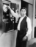 Relógio de ponto em mudança do empregado (todas as pessoas descritas não são umas vivas mais longo e nenhuma propriedade existe G Fotografia de Stock