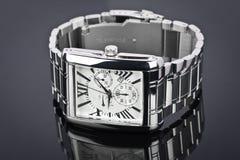 Relógio de pulso dos homens no fundo preto Imagem de Stock