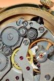 Relógio de pulso e engrenagens de funcionamento imagens de stock