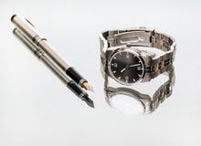 Relógio de pulso e pena Imagens de Stock