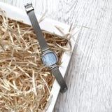 Relógio de pulso em um fundo de madeira imagens de stock royalty free