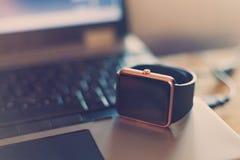 Relógio de pulso esperto no caderno fotografia de stock