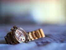 Relógio de pulso na cama Fotografia de Stock Royalty Free