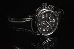 Relógio de pulso no fundo escuro Imagens de Stock