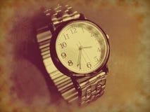 Relógio de pulso retro do vintage na versão velha da cor antiga do sepia imagens de stock royalty free