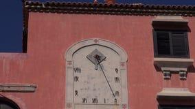 Relógio de sol antigo do pulso de disparo na parede do dia ensolarado da construção antiga vídeos de arquivo