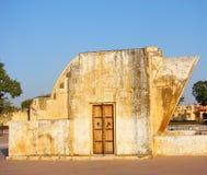 Relógio de sol de Krantivritta - um instrumento astronômico no obervatório antigo, Jantar Mantar, Jaipur, Rajasthan, Índia fotografia de stock
