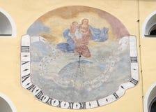 Relógio de sol na fachada de St John a igreja batista em Varazdin, Croácia imagens de stock royalty free