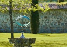 Relógio de sol no jardim bem curated Foto de Stock Royalty Free