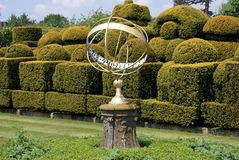 Relógio de sol & topiary, castelo de Hever, Kent, Inglaterra foto de stock