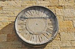 Relógio de sol velho em uma parede de tijolo foto de stock royalty free