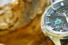 Relógio do cronógrafo posto ao lado do fundo de madeira imagens de stock royalty free