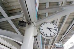 Relógio do estação de caminhos-de-ferro na cidade imagens de stock