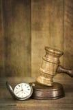 Relógio do Gavel e de bolso com efeitos de Grunge Fotografia de Stock